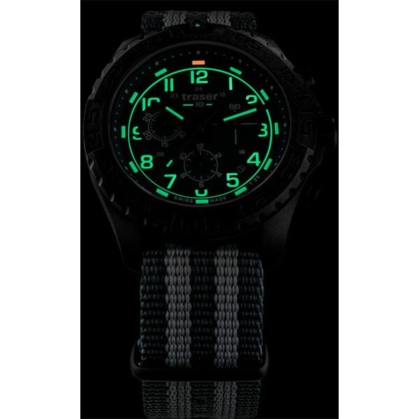 Pod świetlenie zegarka Traser P96 Evolution Chrono Green w półmroku