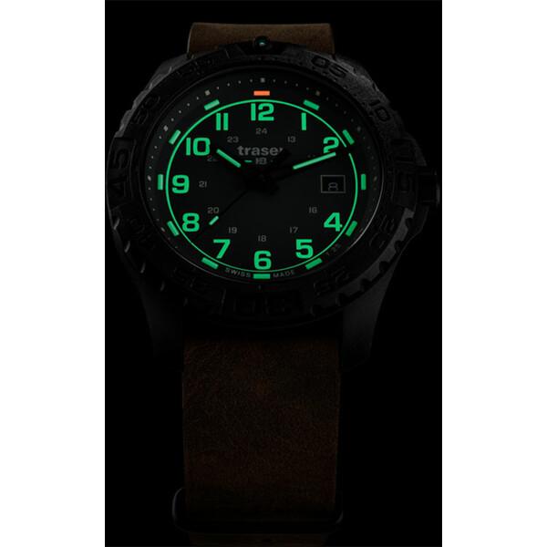 Podświetlenie zegarka Traser P96 Evolution Grey w półmroku